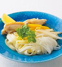 鶏肉と新玉ねぎのベトナム風麺