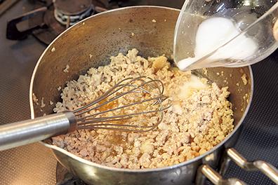 水溶きかたくり粉でとろみをつけて、食べやすく!